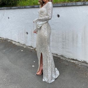 Langes figurbetontes Paillettenkleid Abendkleid Maxi mit Schlitz langarm Silber Glitzer