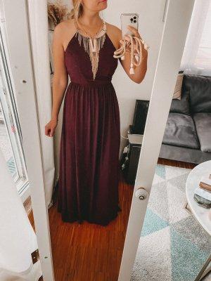 Langes Kleid mit Goldschmuck