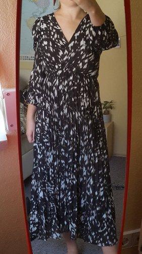 Langes schwarz-weiß gemustertes Kleid