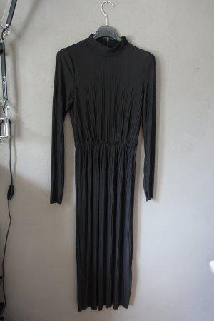 langes schwarzes Kleid, plissiert, Stehkragen, Monki