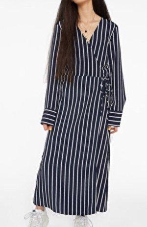 Monki Kopertowa sukienka biały-ciemnoniebieski