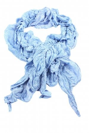 Laura Torelli Chal veraniego azul look casual