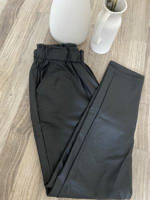 Pantalón de cuero negro-color oro