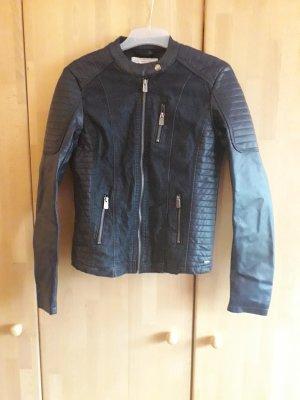 Leder- und Jeansjacke