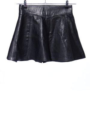 Falda de cuero negro look casual