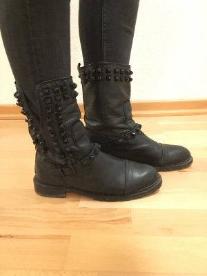 Lederstiefel in Schwarz mit Nieten von Zara