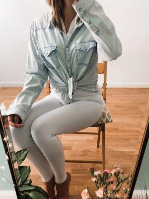 leicht hellblaue weißstichartige taillierte Jeansjacke