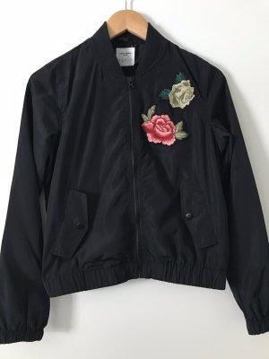 Leichte Jacke/Blouson schwarz Gr.S mit Blumen Stickerei