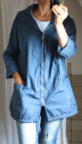 Leichte Jacke, Longjacke, Windjacke rauchblau, blau, Metall Zipp, Kapuze, Taschen, oversize, locker lässig, made in Italy, 100% Baumwolle, Print am Rücken, silber, NEU, ungetragen, Einheitsgröße S/M/L