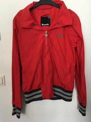 leichte rote Regenjacke