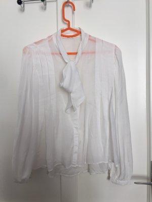 Leichte weiße Bluse mit Masche