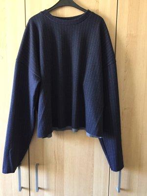Leichter, marineblauer Pullover mit dezenten Streifen