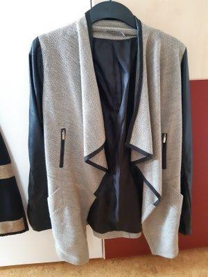 Leichtere Mantel mit Kunstlederapplikationen