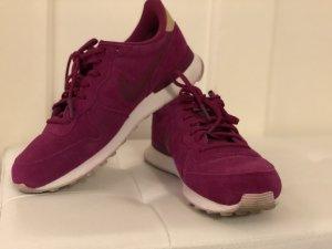 Lila farbener Nike Internationalist