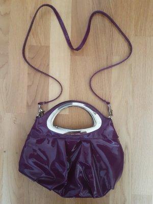 Lila Handtasche im Lacklook