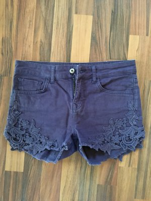 Lila Hotpants mit Spitze