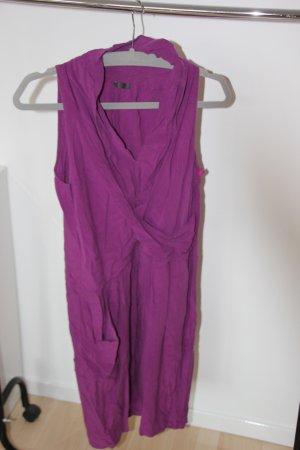 Lila Kleid mit außergewöhnlichem Schnitt