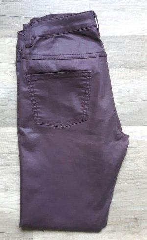 Lilafarbene Lederhose mit Reißverschlüssen