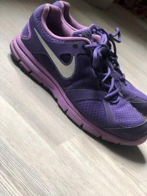 lilafarbene Nike Schuhe