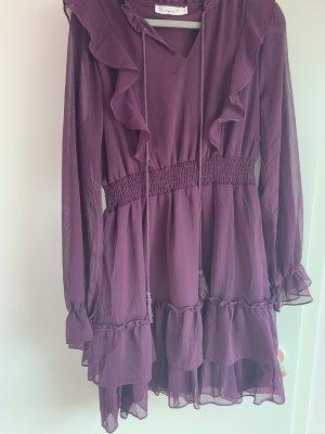 lilafarbenes Kleid mit Rüschen und süßen Bommeln