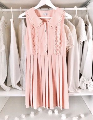 Lochstanzmuster Kleid