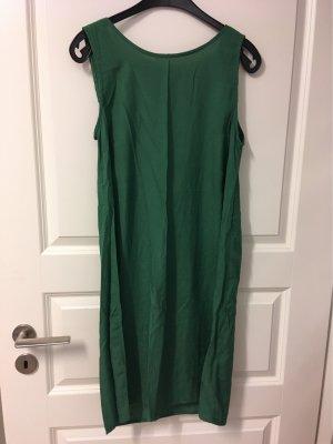 Lockeres luftiges Kleid in schönem Grün