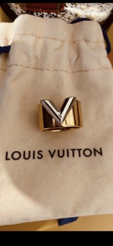 Louis Vuitton Essential V Ring