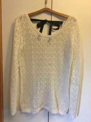 luftiger Pullover mit schwarzer Schleife
