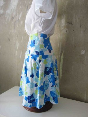 Luftiger Sommer-Rock mit Blumendruck in blau-weiß-hellgrün - casual Look
