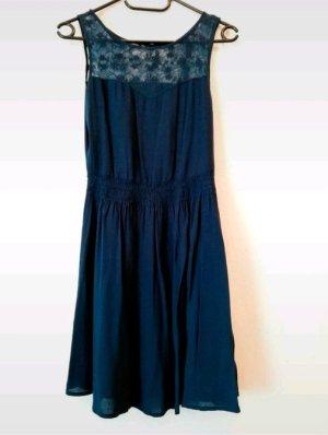 luftiges, dunkelblaues Sommerkleid