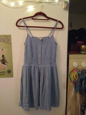 Luftiges himmelblaues Sommerkleid mit Knöpfen