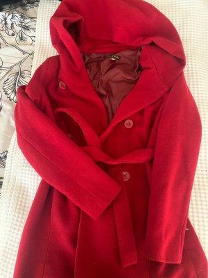 Manteau à capuche rouge