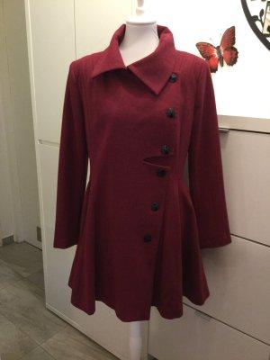 Mantel, ausgestellt in Weinrot