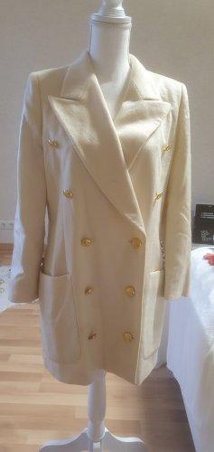 Mantel mit goldenen Knöpfen
