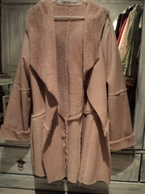 Abrigo con capucha rosa claro