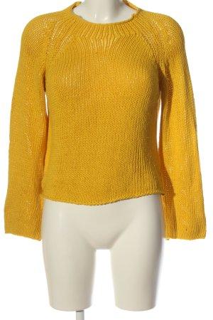 Massimo Dutti Jersey trenzado amarillo pálido look casual