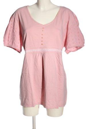 maxi blue. Camisa con cuello V rosa look casual