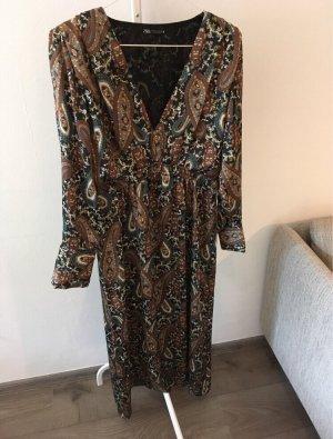 Maxikleid mit Plisee-Muster von Zara