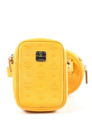 MCM Riñonera amarillo pálido letras impresas look casual