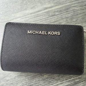 Michael kors geldbörse schwarz. Mit silbermer Aufschrift