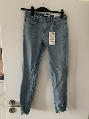 Mid Rise Skinny Jeans im Used Look von Zara