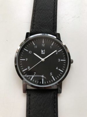 Minimalistische Uhr in schwarz