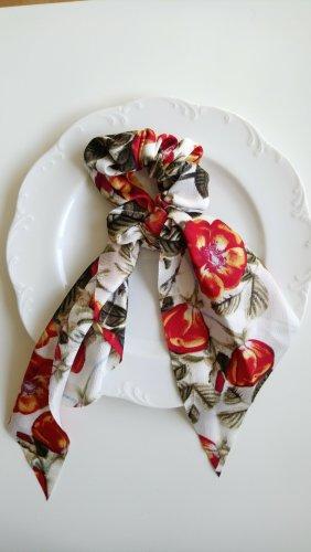 mit Blumen gemusterter Scrunchie mit Bändern