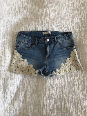 Mittelblaue Hot Pants mit Bestickungen