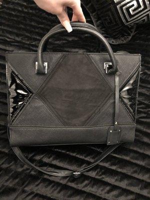 mittelgroße handtasche aus lack und kunstleder in schwarz