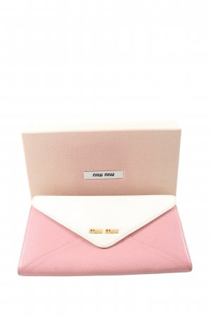 Miu Miu Cartera rosa-blanco look casual