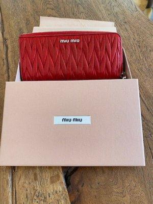 Miu Miu Leder -Portemonnaie aus Matelasse in Feuerrot