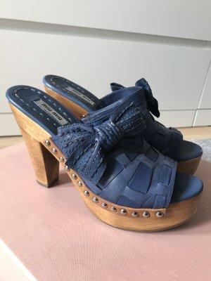 Miu Miu Pantoletten / Clogs mit Holz und Nieten in Blau