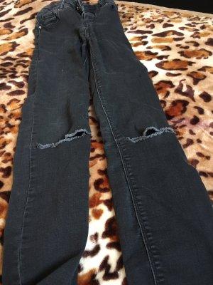 Moderne Jeans mit Löcher an den Knien