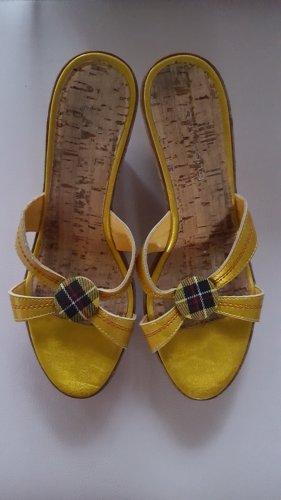 Sandalias con tacón amarillo